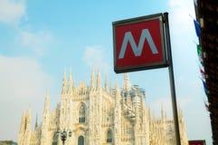 Sinal do metro no quadrado do domo em Milão Foto de Stock Royalty Free