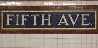 Sinal do mosaico na estação de metro de Fifth Avenue em Manhattan Fotos de Stock Royalty Free