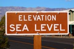 Sinal do nível do mar da elevação imagem de stock