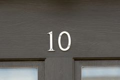 Sinal do número da casa 10 na porta Fotos de Stock Royalty Free