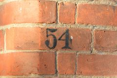Sinal do número da casa 54 pintado na parede Imagens de Stock Royalty Free