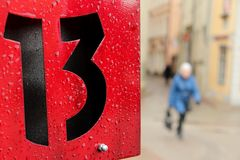 Sinal do número treze em uma placa de metal vermelha Fotografia de Stock Royalty Free