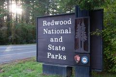 Sinal do nacional da sequoia vermelha e da entrada de Califórnia dos parques estaduais fotos de stock