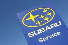 Sinal do negócio de Subaru contra o céu azul fotos de stock