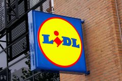 Sinal do painel de LIDL fora do supermercado Ramifique da cadeia de supermercados de LIDL Foto de Stock