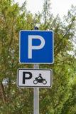 Sinal do parque no que diz respeito ao estacionamento da motocicleta Foto de Stock