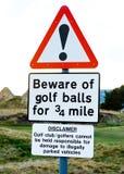 Sinal do perigo: beware das esferas de golfe. Imagem de Stock Royalty Free