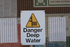 Sinal do perigo das águas profundas fotografia de stock royalty free
