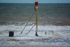 Sinal do perigo e mar áspero Foto de Stock Royalty Free