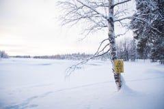 Sinal do perigo no rio de Ruadanjoki imagens de stock
