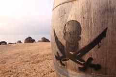 Sinal do pirata em um tambor de madeira imagem de stock royalty free