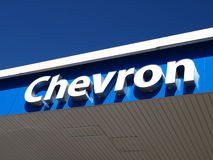 Sinal do posto de gasolina de Chevron imagens de stock royalty free