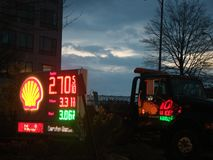 Sinal do posto de gasolina de Shell imagens de stock royalty free