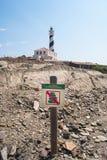 Sinal do proibido para empilhar acima pedras e farol Imagens de Stock