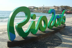 Sinal do Rio 2016 na praia de Copacabana em Rio de janeiro Imagens de Stock