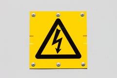 Sinal do símbolo da alta tensão do perigo Fotografia de Stock