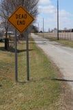 Sinal do sem saída em uma estrada secundária reta Fotografia de Stock Royalty Free