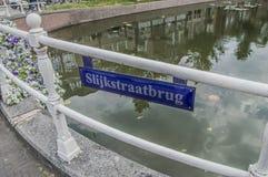 Sinal do Slijkstraatbrug em Weesp o 2018 holandês fotos de stock
