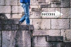 Sinal do sucesso com caminhada do homem em baixo Fotografia de Stock Royalty Free