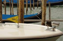 Sinal do táxi no barco Veneza Fotos de Stock Royalty Free