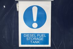 Sinal do tanque de armazenamento do combustível diesel fotografia de stock royalty free