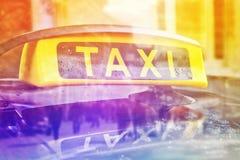 Sinal do telhado do carro do táxi de táxi, exposição dobro Imagem de Stock Royalty Free