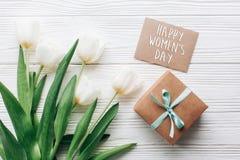 Sinal do texto do dia das mulheres felizes na caixa e no gree à moda do presente do ofício Fotografia de Stock
