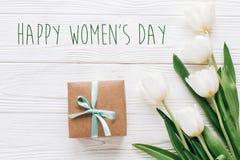 Sinal do texto do dia das mulheres felizes na caixa e no tuli à moda do presente do ofício Fotos de Stock Royalty Free