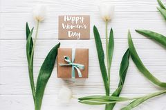 Sinal do texto do dia das mulheres felizes na zombaria acima do cartão com à moda Imagens de Stock