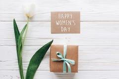 Sinal do texto do dia das mulheres felizes no cartão com presente à moda Imagens de Stock Royalty Free