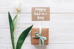 Sinal do texto do dia das mulheres felizes no cartão com presente à moda Fotografia de Stock