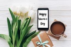 Sinal do texto do dia das mulheres felizes no presente e telefone e tulipas à moda Foto de Stock Royalty Free