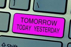 Sinal do texto que mostra amanhã hoje ontem Os advérbios conceptuais da foto do tempo dizem-nos quando uma coisa aconteceu fotos de stock