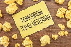 Sinal do texto que mostra amanhã hoje ontem Os advérbios conceptuais da foto do tempo dizem-nos quando uma coisa aconteceu imagens de stock