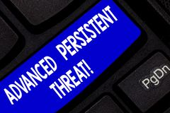 Sinal do texto que mostra ameaça persistente avançada O usuário desautorizado da foto conceptual acede a uma chave de teclado do  fotos de stock royalty free