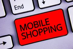 Sinal do texto que mostra a compra móvel Compra tecnologico de compra dos produtos da foto conceptual em linha chave sem fio do v Fotografia de Stock Royalty Free