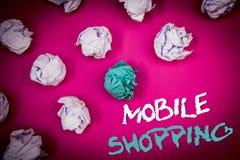 Sinal do texto que mostra a compra móvel Compra tecnologico de compra dos produtos da foto conceptual em linha ideias sem fio das Fotos de Stock