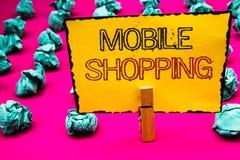 Sinal do texto que mostra a compra móvel Compra tecnologico de compra dos produtos da foto conceptual em linha posse sem fio h do Fotos de Stock