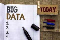 Sinal do texto que mostra dados grandes Armazenamento enorme do base de dados de Bigdata do Cyberspace da tecnologia da informaçã imagem de stock royalty free