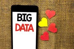 Sinal do texto que mostra dados grandes Armazenamento enorme do base de dados de Bigdata do Cyberspace da tecnologia da informaçã fotos de stock royalty free