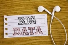 Sinal do texto que mostra dados grandes Grande quantidade conceptual da foto de informação que precisa de ser analisada por compu Imagens de Stock Royalty Free