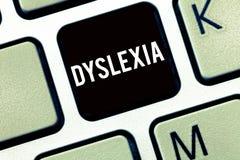 Sinal do texto que mostra a dislexia Desordens conceptuais da foto que envolvem a dificuldade na aprendizagem ler e melhorar foto de stock