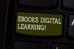 Sinal do texto que mostra Ebooks Digital que aprende A publicação conceptual do livro da foto fez disponível na chave de teclado  fotografia de stock