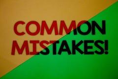 Sinal do texto que mostra a erros comuns a chamada inspirador O lote conceptual da foto dos povos faz a mesma ação na separação e Fotos de Stock Royalty Free