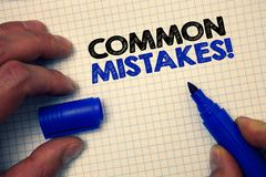 Sinal do texto que mostra a erros comuns a chamada inspirador O lote conceptual da foto dos povos faz a mesma ação no cinza errad Imagem de Stock