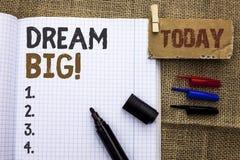 Sinal do texto que mostra grande ideal Ideia conceptual do desafio da estratégia da visão do sonho do alvo do plano da motivação  Imagens de Stock