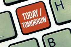Sinal do texto que mostra hoje amanhã Foto conceptual o que estão acontecendo agora e o que o futuro trará fotos de stock royalty free