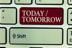 Sinal do texto que mostra hoje amanhã Foto conceptual o que estão acontecendo agora e o que o futuro trará imagens de stock