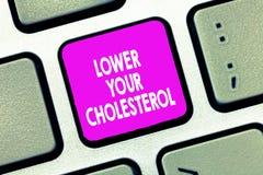 Sinal do texto que mostra mais baixo seu colesterol A foto conceptual reduz a entrada de alimentos gordos faz o exercício regular foto de stock