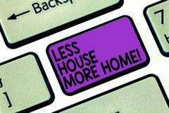 Sinal do texto que mostra a menos casa mais casa A foto conceptual tem um lugar confortável morno a viver com o teclado do amor d imagens de stock royalty free
